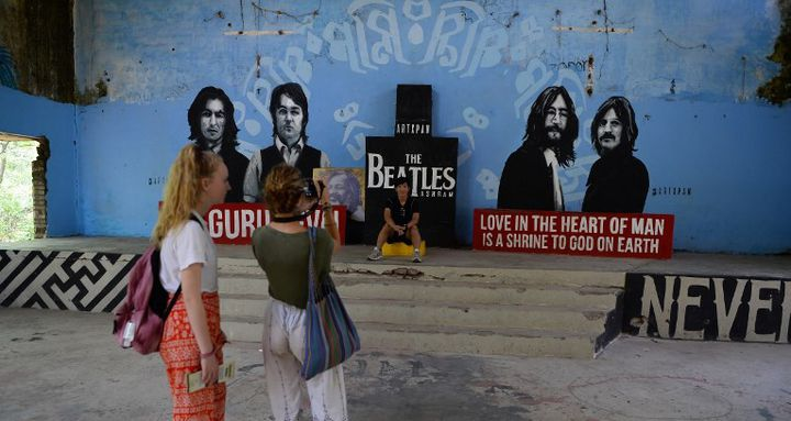 Les murs de l'ashram sont couverts de graffitis.  (SAJJAD HUSSAIN / AFP)