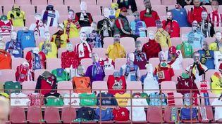 En Biélorussie, l'un des rares pays où le championnat national de football se poursuit malgré l'épidémie, les fans n'osent plus venir au stade de peur d'attraper le Covid-19. Alors, ce sont des supporters en carton qui les remplacent en tribunes. (FRANCE 2)