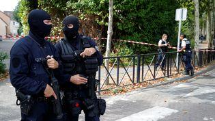Des policiers après une attaque au couteau perpétrée à Trappes (Yvelines), le 23 août 2018. (PHILIPPE WOJAZER / REUTERS)