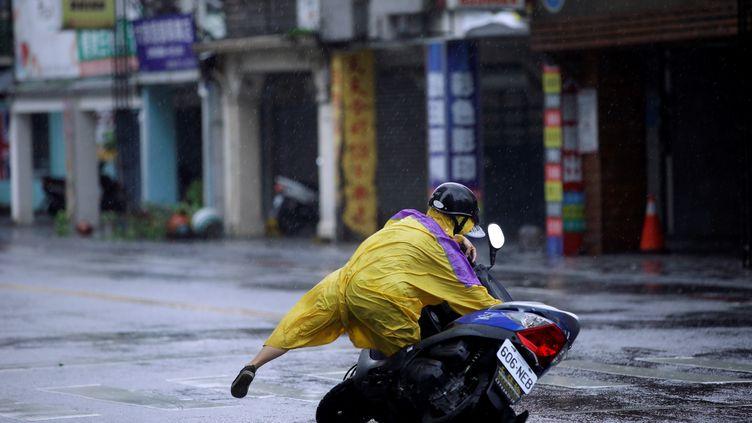 Un motard emporté par le vent fort àHualien, à l'est de Taiwan (Chine), le 27 septembre 2016 (TYRONE SIU / REUTERS)