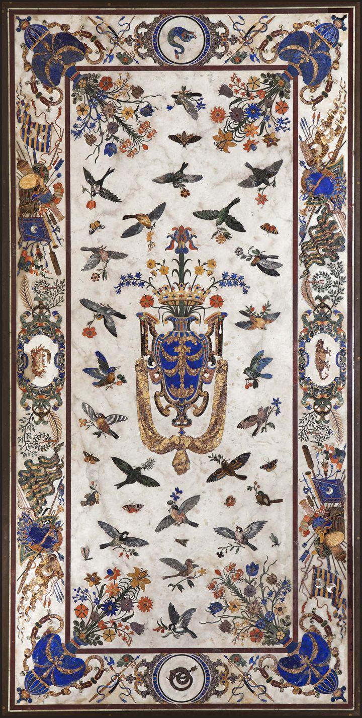 La Grande Table des Orsini est une pièce monumentale offerte en 1659 au cardinal Mazarin par les princes Orsini. Cette table au plateau en marbre de Carrare incrusté de lapis-lazuli, de jaspes, de nacre et d'une multitude de gemmes, fut ensuite acquise par Colbert pour Louis XIV. C'est l'une des pièces phares des collections du Muséum, illustrant avec brio l'usage des gemmes dans les arts décoratifs. (PHOTOGRAPHER:BERNARD FAYE)