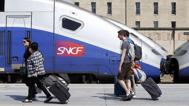 Des voyageurs marchent sur un quai de la gare Saint-Charles, à Marseille, le 16 juin 2014. (CLAUDE PARIS / AP / SIPA)