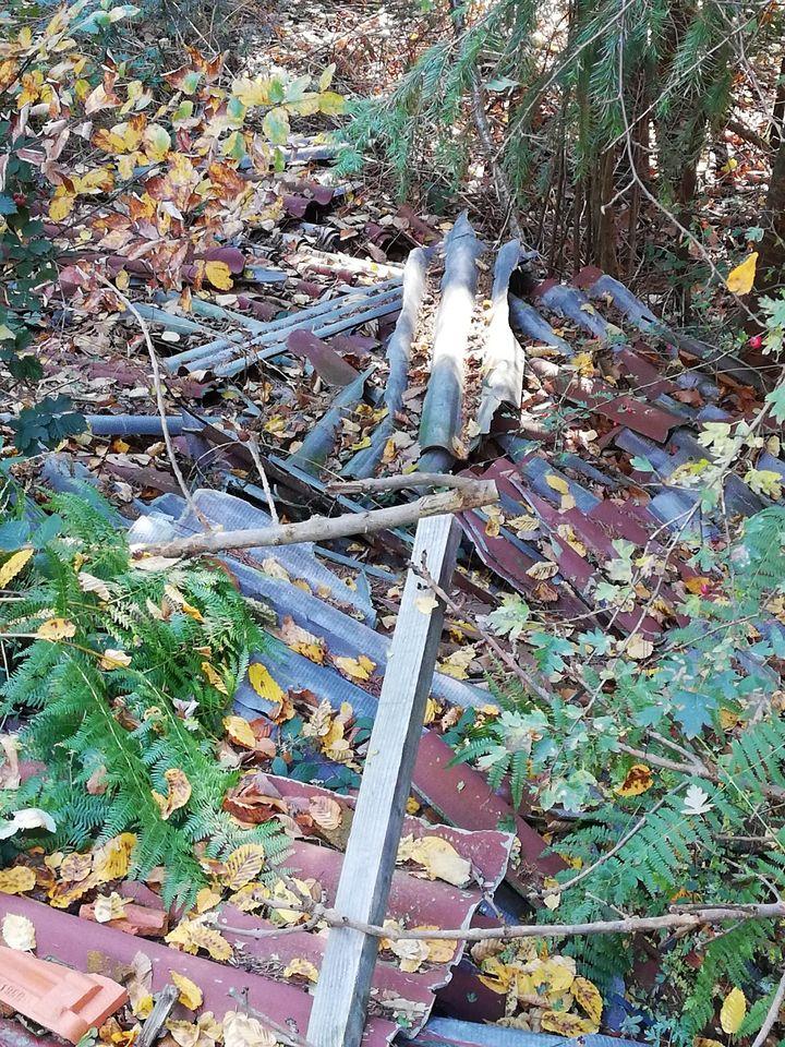 Un dépôt sauvage de débris de chantier, comprenant de l'amiante, le 16 novembre 2018, dansune commune située près de Roanne(Loire). (DR)