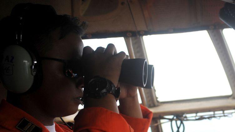 Un membre de l'armée de l'air indonésienne participant aux recherches de l'avion d'AirAsia disparu depuis dimanche 28 décembre au dessus de la mer de Java. (AGUNG KUNCAHYA B. / XINHUA / SIPA)