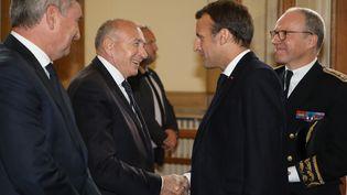 Le maire de Lyon, Gérard Collomb, aux côtés du président de la République Emmanuel Macron à la préfecture d'Auvergne-Rhône-Alpes mercredi 9 octobre. (LUDOVIC MARIN / POOL)