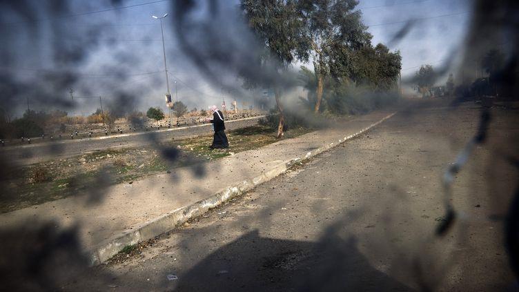 Un véhicule de l'armée irakienne au pare-brise criblé d'impacts de balles à Mossoul (Irak), en janvier 2017 (DIMITAR DILKOFF / AFP)