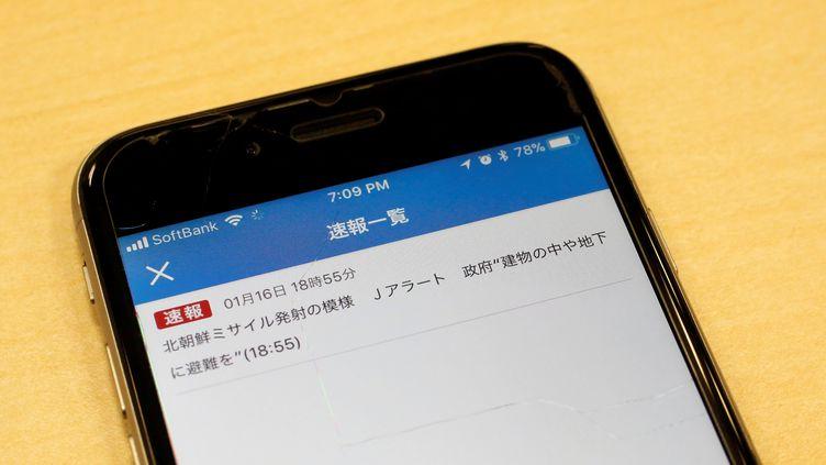 Une fausse alerte au missile envoyée par la NHK, le 16 janvier 2018 au Japon. (KIM KYUNG HOON / REUTERS)