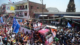 Rahul et Priyanka Gandhi en campagne électorale dans l'Uttar Pradesh (Inde), le 10 avril 2019. (SANJAY KANOJIA / AFP)