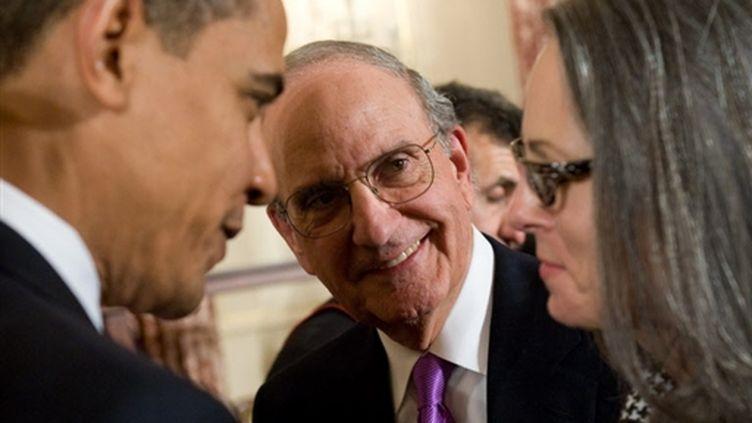 George Mitchell, avec son épouse Heather et Barack Obama (© AFP/SAUL LOEB)
