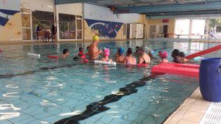 Les élèves de la classe de 6e C du collège de Vallauris (Alpes-Maritimes) ont deux heures de cours de natation par semaine. (SOLENNE LE HEN / FRANCEINFO)