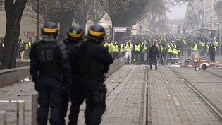 """Des CRS pendant une manifestation de """"gilets jaunes"""", le 8 décembre 2018 à Bordeaux. (NICOLAS TUCAT / AFP)"""