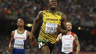 Le Jamaïcain Usain Bolt, premier sur la ligne d'arrivée du 200 mètres hommes aux Mondiaux d'athlétisme de Pékin, le 27 août 2015. (OLIVIER MORIN / AFP)