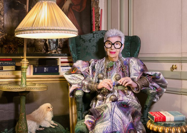 L'icône de mode Iris Apfel porte une robe Dolce & Gabbana et un collier en argent du Maghreb  (Gabriel de lachapelle)