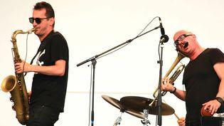 Francesco Bearzatti (saxophone), à gauche, et son compère Giovanni Falzone (trompette), au sein du quartet Tinissima, le 28 juillet 2013 sur la scène du Parc Floral de Vincennes, dans le cadre du Paris Jazz Festival  (Catherine Ledrux)
