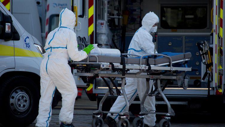 Deux soignants transfèrent des patients atteints du Covid-19 de l'Ile-de-France vers la Nouvelle Aquitaine, durant la première vague de l'épidémie, en avril 2020. (LAURENT PERPIGNA IBAN / HANS LUCAS)