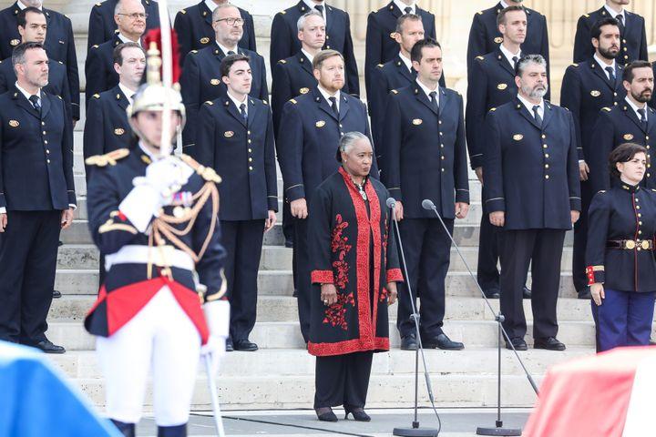 Barbara Hendricks aux côtés des Choeurs de l'Armée française.  (LUDOVIC MARIN / POOL / AFP)