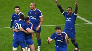Des joueurs du XV de France célèbrent leur victoire contre le pays de Galles durant le Tournoi des six nations, le 20 mars 2021, au Stade de France (Seine-Saint-Denis). (ANNE-CHRISTINE POUJOULAT / AFP)
