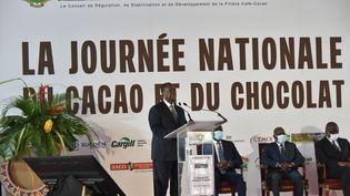 Le président ivoirien Alassane Ouattara annonce une hausse des prix payés aux producteurs de cacao à l'occasion du lancement de la récolte cacaoyère, à Yamoussoukro (Côte d'Ivoire), le 1er octobre 2020. (SIA KAMBOU / AFP)