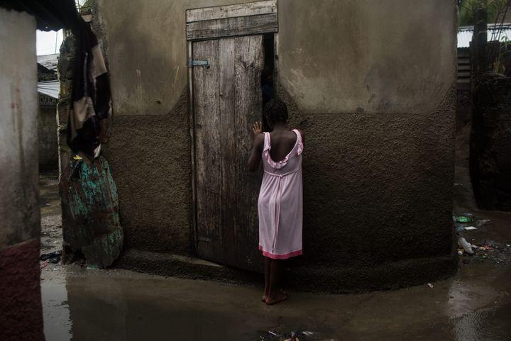 Dans les bidonvilles d'Haïti, la plupart des habitants font leurs besoins dans les ruelles entre les maisons. Les rues sont régulièrement inondées, ce qui favorise le risque de choléra, qui s'est propagé dans le pays depuis le séisme de 2010. (ANDREA BRUCE/ NOOR IMAGES POUR NATIONAL GEOGRAPHIC)