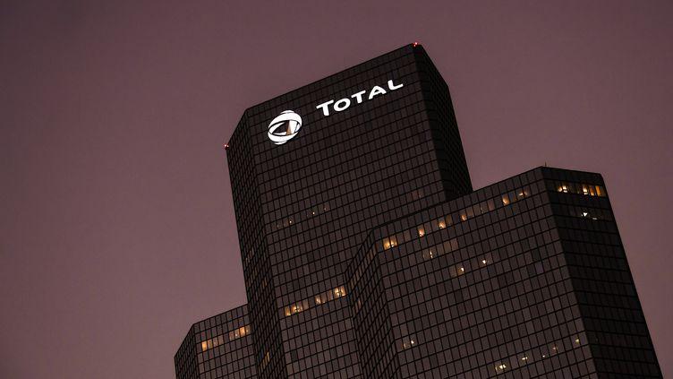 Le siège de Total, à La Défense (Hauts-de-Seine), le 22 octobre 2018. (ALAIN JOCARD / AFP)