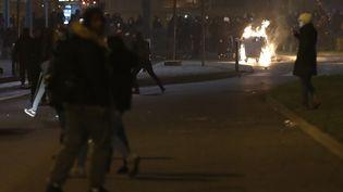 Une poubelle en feu lors des incident qui ont éclaté en marge de la manifesation de soutien à Théo samedi soir, à Bobigny. (PATRICK KOVARIK / AFP)