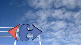 Le logo Carrefour sur un supermarché à Rennes (Ille-et-Vilaine), le 25 février 2021. (DAMIEN MEYER / AFP)