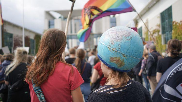 Des participants à une marche pour le climat en Allemagne. (J?RG CARSTENSEN / MAXPPP)