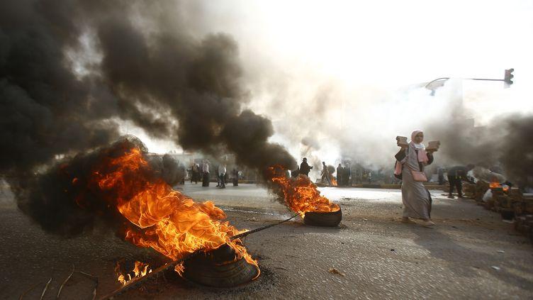 Un manifestant soudanais lors du sit-in dispersé par les forces de l'ordre, le 3 juin 2019, devant le quartier général de l'armée, àKhartoum. (ASHRAF SHAZLY / AFP)