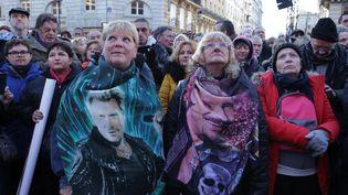 Des dizaines de milliers de fans ont accueilli le cortège funéraire de Johnny Hallyday,en musique et en chantant. (YOUSSEF BOUDLAL / AFP)