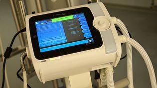 Un respirateur dans une salle de soins intensifs de l'hôpital Henri-Mondor à Créteil près de Paris, le 8 avril 2020. (BERTRAND GUAY / AFP)
