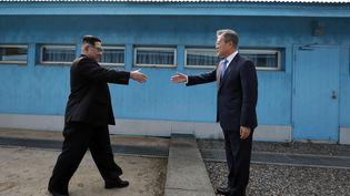Kim Jong-un et Moon Jae-in sur la ligne de démarcation entre la Corée du Nord et la Corée du Sud, vendredi 27 avril. (KOREA SUMMIT PRESS / AFP)