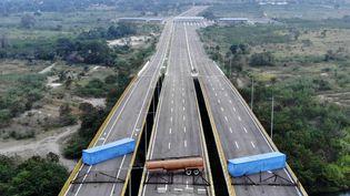 Deux conteneurs et un camion-citerne bloquent le pont de Tienditas à la frontière entre la Colombie et le Venezuela. (EDINSON ESTUPINAN / AFP)