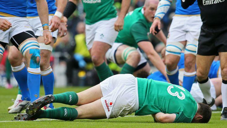 Le 3/4 centre Robbie Henshhaw, auteur du 2e essai irlandais contre l'Italie (PAUL FAITH / AFP)