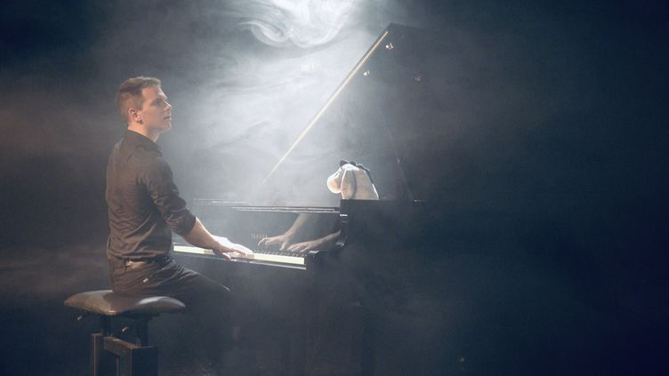 Alexandre Prévert sur scène (© Matthias Héjja-Brichard)