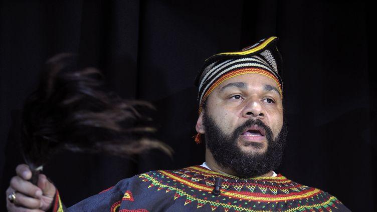 L'humoriste Dieudonné, le 11 janvier 2014, lors d'une conférence de presse au théâtre de la Main d'Or, où il a l'habitude de jouer, à Paris. (ALAIN JOCARD / AFP)