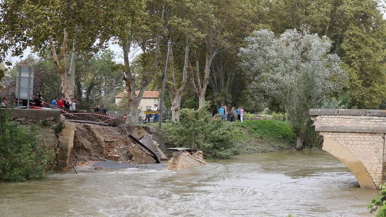 A Collias (Gard), un pont a été emporté par les eaux en raison des intempéries, le 12 octobre 2014. (  MAXPPP)