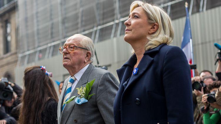 La presidente du Front national, Marine Le Pen, et son père, Jean-Marie Le Pen, le 1er mai 2014 à Paris. (MICHAEL BUNEL / AFP)