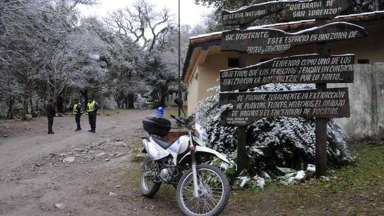 Des policiers font barrage à l'entrée du site où deux Françaises ont été violées et tuées, à Salta (Argentine), le 1er août 2011. (REUTERS)