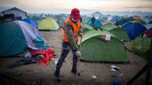 """""""Il y a vraiment une grande solidarité de la part des populations locales. On a recruté beaucoup de grecs ces dernières semaines"""", reconnaît la chargée de mission de MSF. A l'image de ce bénévole qui nettoie le camp, le 6 mars 2016. (KAY NIETFELD / DPA)"""