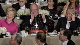 Hillary Clinton, le cardinal de New York, Timothy Dolan, et Donald Trump, lors d'un dîner de gala, à New York (Etats-Unis), le 20 octobre 2016. (BRENDAN SMIALOWSKI / AFP)