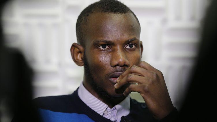 Lassana Bathily le jeune malien qui a sauvé des juifs de la prise d'otage de Vincennes parle à Paris le 15 janvier 2015. (FRANCOIS GUILLOT / AFP)