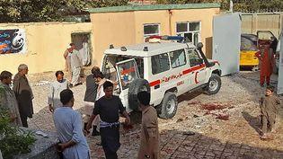 Des sauveteurs interviennent à la mosquée chiite de Kunduz (Afghanistan) après un attentat-suicide, le 8 octobre 2021. (AFP)
