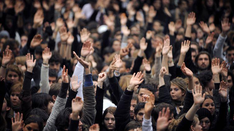 Des étudiantes manifestent à l'université de Nanterre le 12 novembre 2007. (MARTIN BUREAU / AFP)