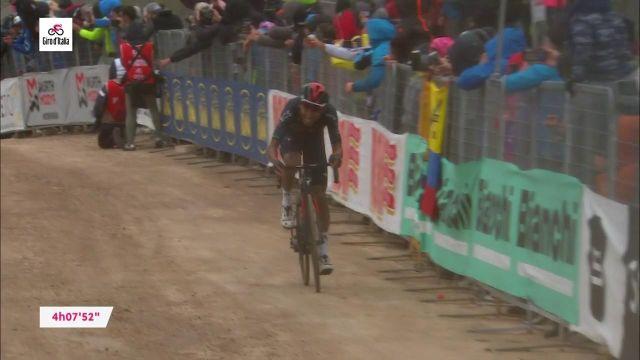 Dans la montée finale de la 9e étape du Giro, le Colombien Egan Bernal (Ineos-Grenadiers) a attaqué et terminé tout en puissance sur les chemins empierrés de Campo Felice, dimanche 16 mai.