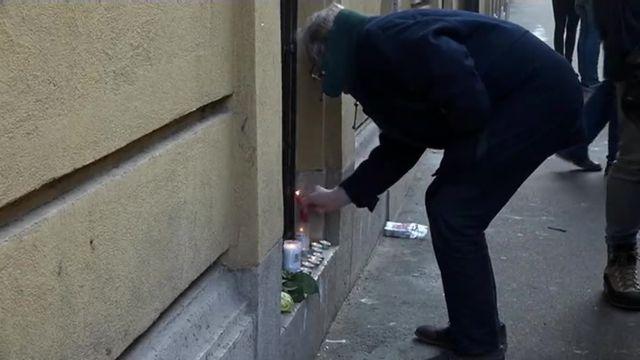 Des fleurs et des bougies devant le lycée des adolescents hongrois