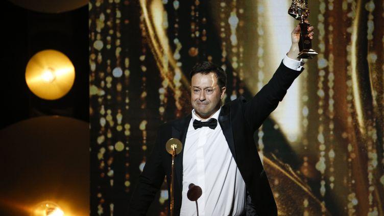 """Le metteur en scène Jean-Philippe Daguerre reçoit le Molière du meilleur auteur pour """"Adieu Monsieur Haffmann"""", le 28 mai 2018, à la salle Pleyel, à Paris. (GEOFFROY VAN DER HASSELT / AFP)"""
