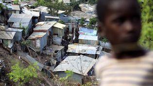 Un bidonville proche de Mamoudzou (Mayotte). Photo d'illustration. (RICHARD BOUHET / AFP)