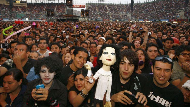 Des fans des Cure attendent le début d'un concert du groupe au Foro Sol à Mexico le 21 avril 2013. (MARCO UGARTE/AP/SIPA / AP)