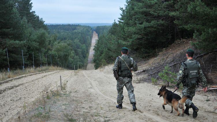 Des militaires patrouillent près du poste-frontière deRava-Ruska (Ukraine), le 9 septembre 2015. (STRINGER / RIA NOVOSTI / AFP)