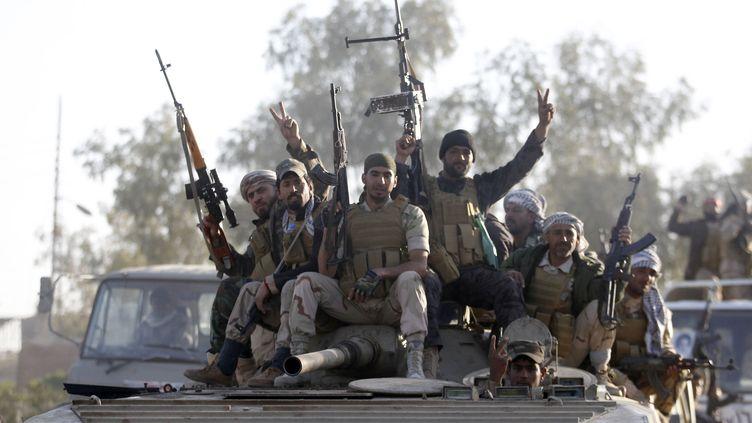 Les troupes pro-gouvernementales irakiennes, filmée par la télévision d'Etat, stationnées dans la région de Salaheddine, le 2 mars 2015 (THAIER AL-SUDANI / REUTERS )